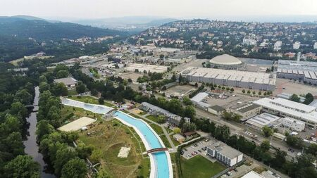 The outdoor swimming pool Riviera in Brno from above, Czech Republic Imagens - 132053650