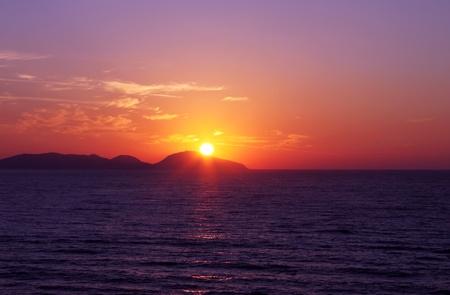 sol naciente: salida del sol sobre el mar Foto de archivo