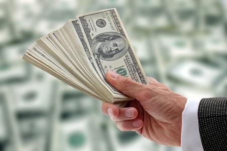 gotówka: rÄ™kÄ™ biznesmen dolarów gospodarstwie