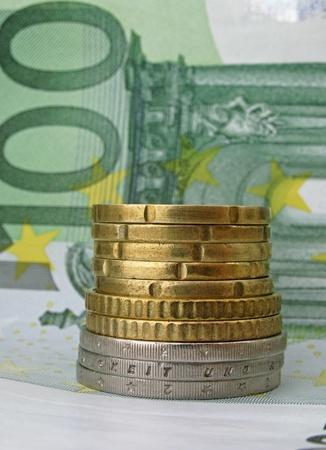 one hundred euro banknote: pila de monedas de cien billetes de euro