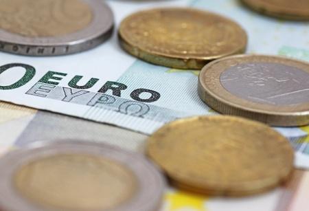 one hundred euro banknote: Close up de euros en la palabra cien billetes en euros Foto de archivo