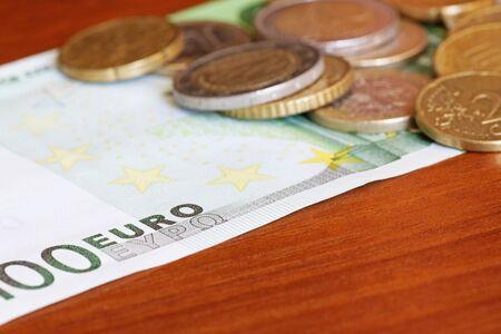 one hundred euro banknote: monedas en el billete de cien euros