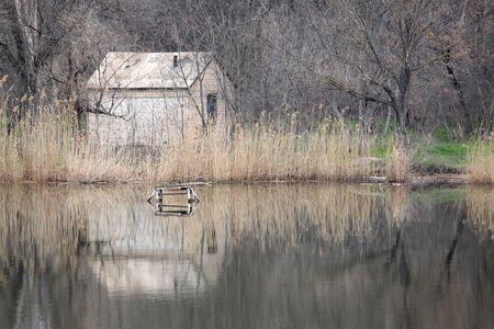 onbewoond: rivierenlandschap met onbewoonde huis