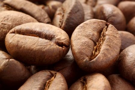 grains of coffee: Close up de granos de caf�