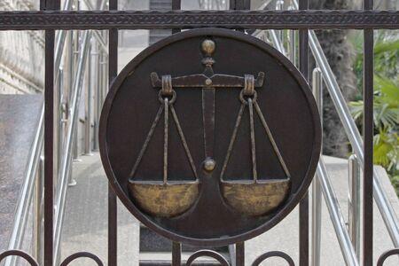 jurisprudencia: signo de la jurisprudencia en la puerta de la corte