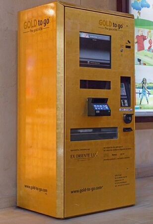 gold souk: DUBAI, UAE - MAY 14, 2016: Gold to go ATM in Souk Madinat Jumeirah in Dubai