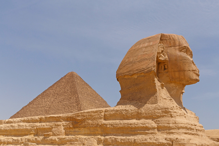 Great Pyramid behind Great Sphinx in Giza, Egypt Imagens