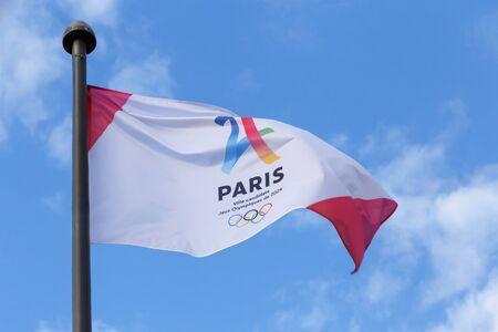 PARÍS, FRANCIA - el 25 de junio de 2017: París es candidato de la ciudad para los Juegos Olímpicos flag Editorial