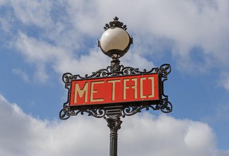 雲と青空サインイン パリのメトロ