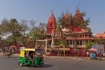 NEW DELHI, INDIA - MARCH 13, 2018: tuk-tuk on street in front of Shri Digambar Jain Lal Mandir temple Editöryel