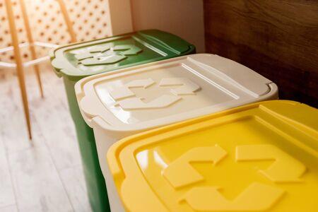 Cestini in cucina. Raccolta differenziata dei rifiuti domestici.