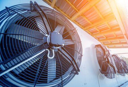 Bocchetta per aria condizionata industriale in metallo. HVAC. Ventilatore.