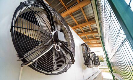 Metalowy nawiewnik klimatyzacji przemysłowej. HVAC. Tło wentylatora wentylacji.