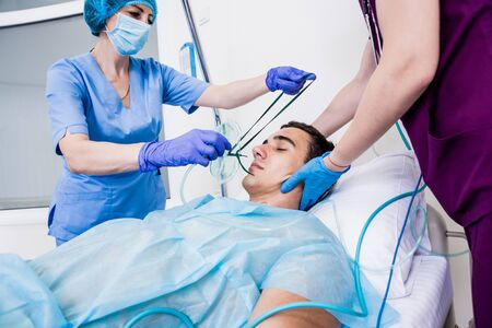 Doctors give resuscitation to a male patient in the emergency room. Stockfoto