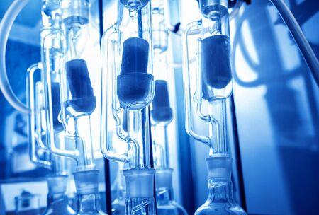 Controllo qualità olio naturale. Nel laboratorio industriale. Sfondo