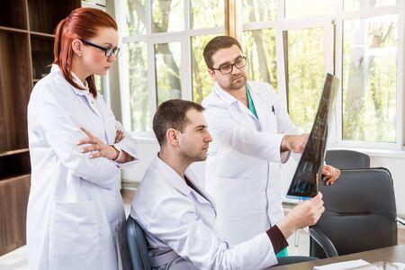 Equipo de médicos con consejo médico en el hospital. Hablar de problemas médicos.