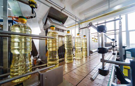 Ligne d'embouteillage d'huile de tournesol en bouteilles. Usine de production d'huile végétale.