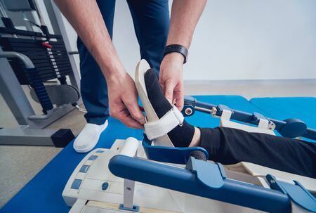 Patient on CPM machines. Continuous passive range of motion. Device to provide anatomically correct motion to both the ankle and subtalar joints. Foot's rehabilitation after injured Standard-Bild