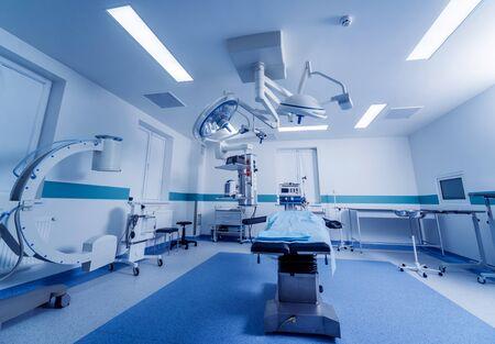 Équipement moderne en salle d'opération. Dispositifs médicaux pour la neurochirurgie. Fond