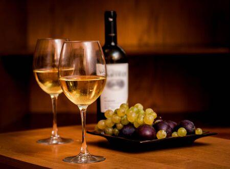 Vin dans les verres avec des raisins. Sur la table. Fond