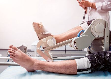 Patient on CPM machines, continuous passive range of motion. Stockfoto