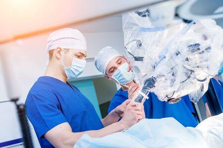 Chirurgie de la colonne vertébrale. Groupe de chirurgiens en salle d'opération avec équipement chirurgical. Banque d'images