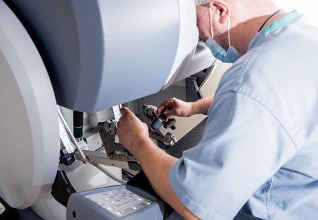 Modern surgical system. Medical robot. Minimally invasive robotic surgery. Standard-Bild