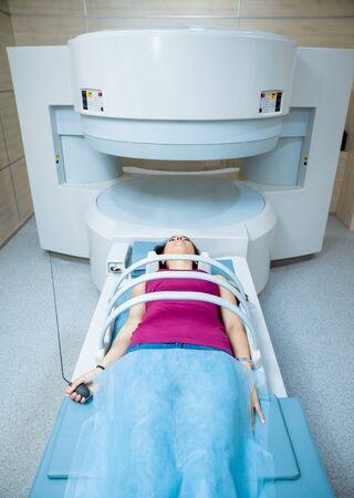 Medical equipment. Patient in MRI room at hospital. Banque d'images
