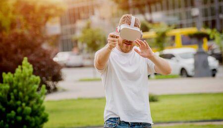 一个年轻人在街上扮演虚拟现实眼镜的比赛。
