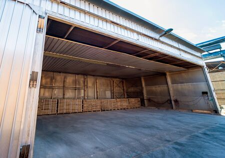 Lumber ready for loading into a dry kiln. Wood drying in containers. Industrial concept Foto de archivo