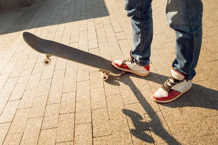 Young man riding a skateboard. Town Square. Banque d'images