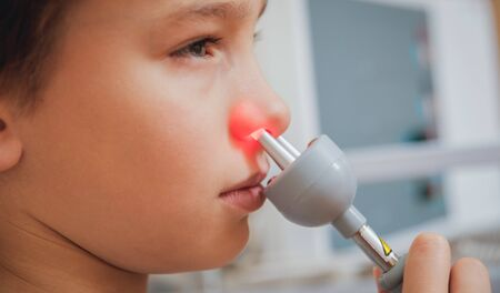 Treatment and warming-up the nose of a young boy. Modern Pediatrics. 版權商用圖片