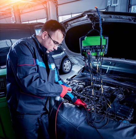 Servicing car air conditioner. Auto service station. Standard-Bild