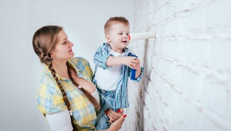 Happy family in new house. Construction and renovation Standard-Bild