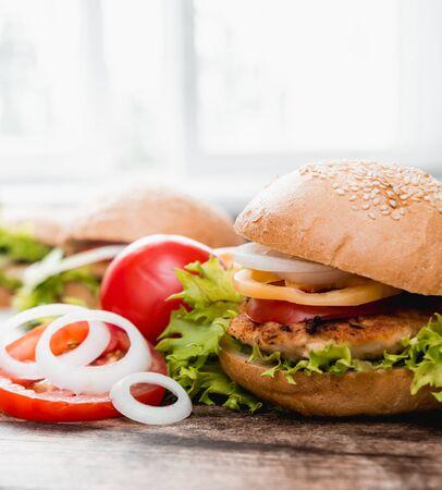 Beau gros hamburger sur une table en bois Banque d'images