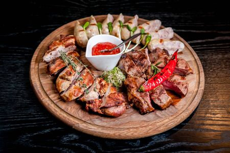 Viande tranchée avec sauce sur une assiette