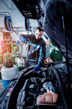 Engine oil change. Car repair. Car service Banque d'images