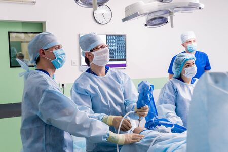 Arthroscope surgery. Orthopedic surgeons in teamwork in the operating room Standard-Bild