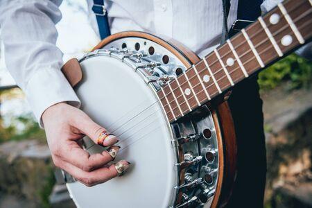 Vue du musicien jouant du banjo dans la rue. Contexte authentique