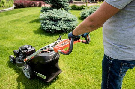 Gardener mowing the lawn. Landscape design. Gardening Stockfoto - 150296697