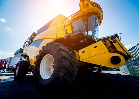 Modern agricultural machinery and equipment. Yellow agricultural harvester. Combine. Banque d'images