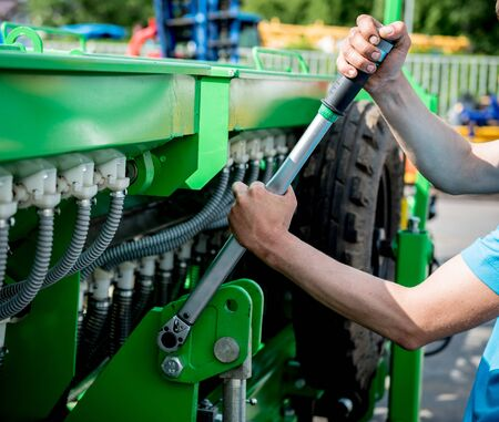 The mechanics repair combine harvester. Modern agricultural machinery and equipment. Industrial details. Banque d'images