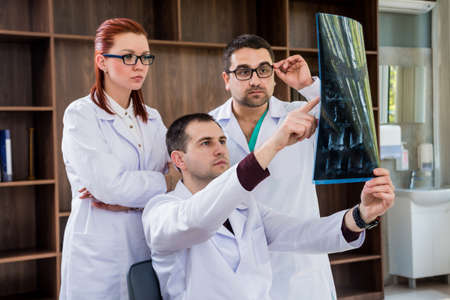 Doctors team having medical council in hospital. Discussing medical issues. Stockfoto