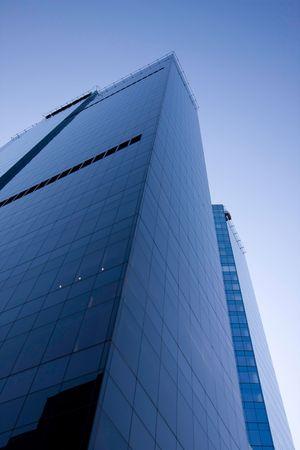 acute angle: Rascacielos y el azul cielo, una vista desde la parte inferior