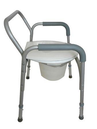 전통적인 변기 위에 올라간 변기, 화장실 외부의 화장실 또는 샤워 의자로 사용되는 침대 옆 화장실. 흰 바탕. 스톡 콘텐츠
