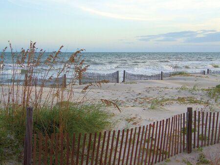 파도 세인트 조지 섬, 플로리다에서 압 연. 울타리와 바다 귀리는 해변을 따라 선다. 스톡 콘텐츠