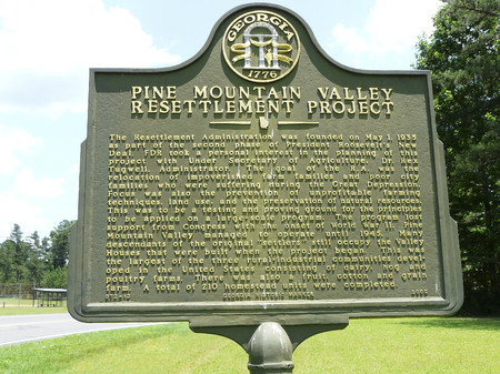 PINE MOUNTAIN VALLEY, GEORGIA-JUNE 7, 2018: This marker details a pilot relief project of the New Deal in which victims of the Great Depression were relocated and provided agricultural opportunities. Редакционное