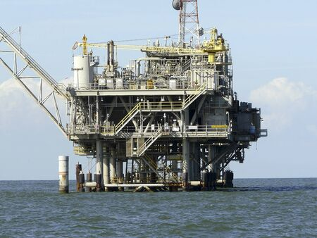 Ölbohrinsel in der Nähe von Dauphin Island, Alabama, koexistiert mit der Natur. Dieses Erdgasfeld in Mobile Bay wird mit einer Null-Entladungs-Politik abgebaut.