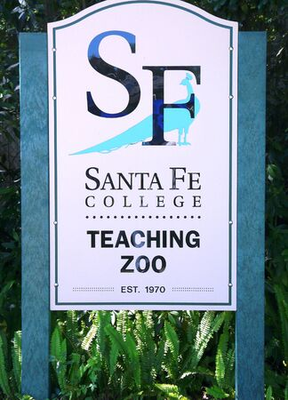 GAINESVILLE, FLORIDA-MAY 19, 2019: This Santa Fe College sign is at the entrance to the only college zookeeper training facility in the United States with an AZA-accredited zoo on campus. 報道画像