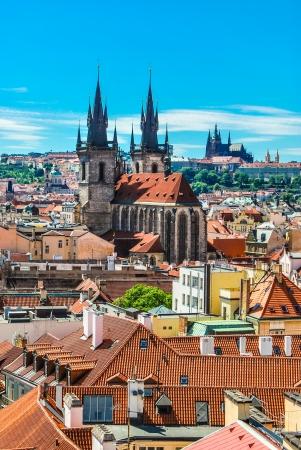 Cityscape van Praag, de St. Vitus Kathedraal is zichtbaar in de verte